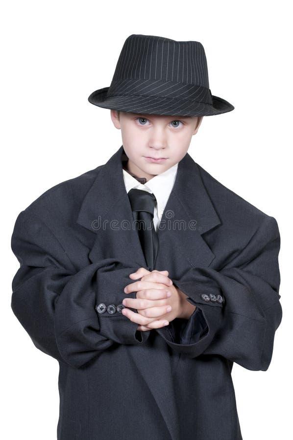Junge in übergroßer Kleidung stockfotografie