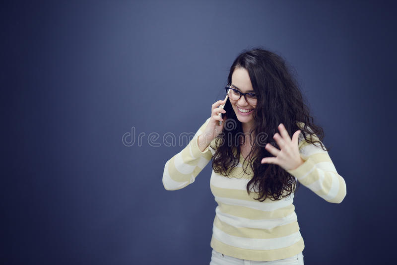 Junge, überzeugte, erfolgreiche und schöne Geschäftsfrau mit dem Handy stockfotos