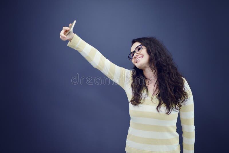 Junge, überzeugte, erfolgreiche und schöne Geschäftsfrau mit dem Handy lokalisiert lizenzfreies stockfoto