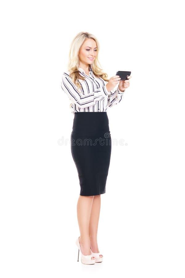 Junge, überzeugte, erfolgreiche und schöne Geschäftsfrau mit dem Smartphone lokalisiert auf Weiß lizenzfreie stockfotografie