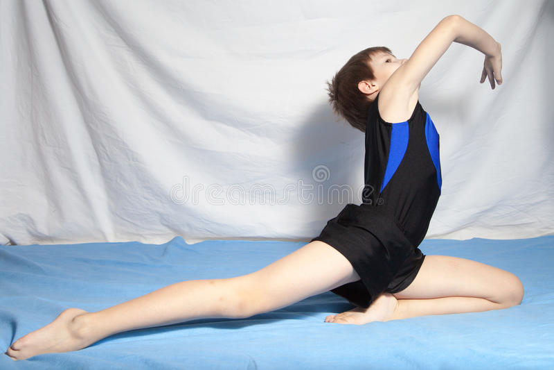 Junge übt Yoga stockfotografie