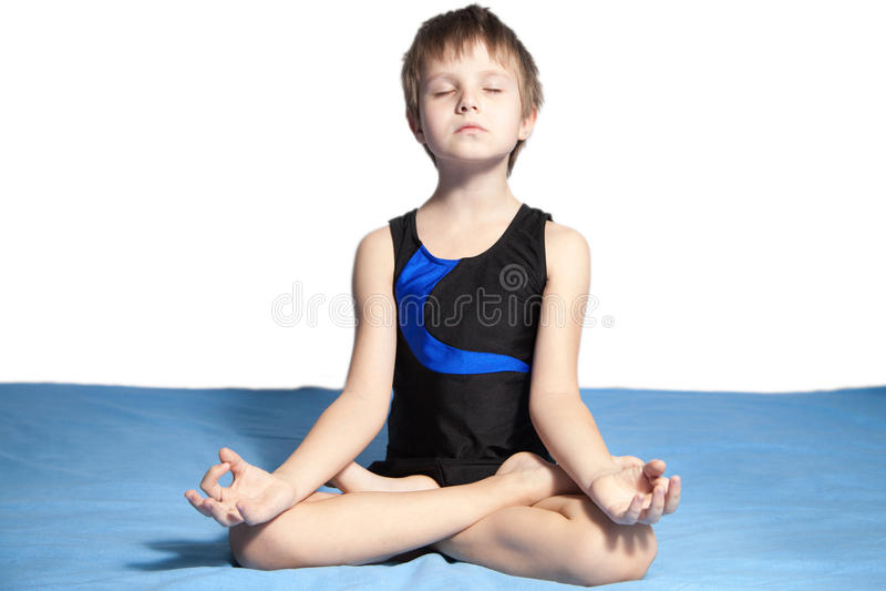 Junge übt Yoga lizenzfreies stockfoto