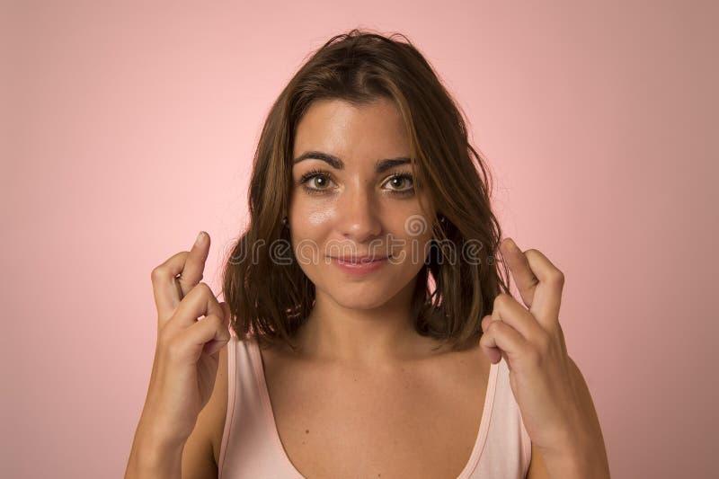 Junge abergläubische schöne und süße Frauenüberfahrtfinger, die für gutes Glück im Erwartungskonzept wünschen lizenzfreies stockbild