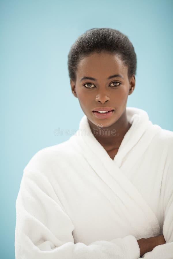 Junge Afrikanerin, die einen Bademantel trägt stockbild