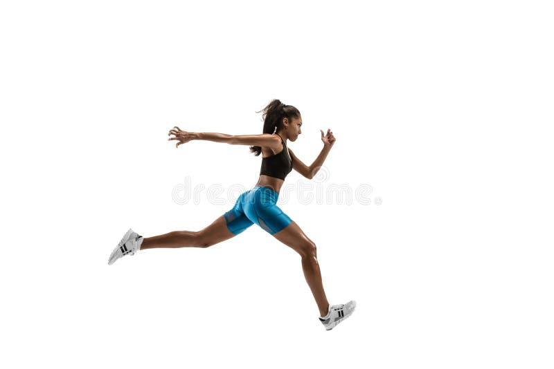 Junge afrikanische Frau, die lokalisiert auf weißem Studiohintergrund läuft oder rüttelt lizenzfreie stockfotografie