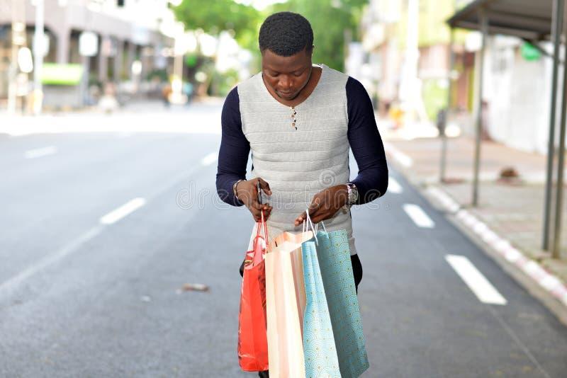 junge afrikanische Mannstellung auf der Straße stockfoto