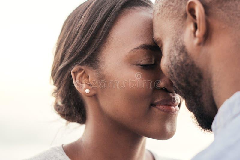 Junge afrikanische Paare, die zusammen einen romantischen Moment genießen stockfoto