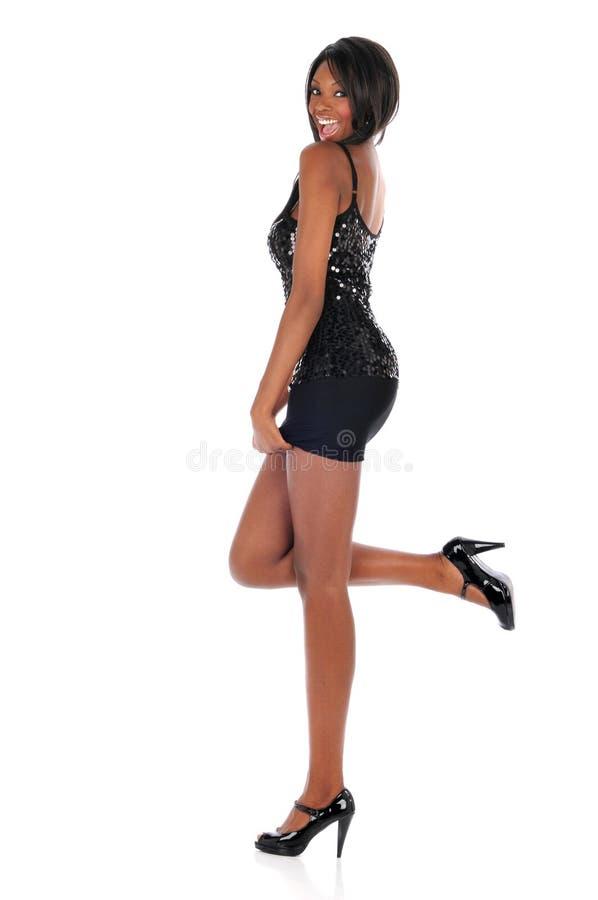 Junge Afroamerikaner-Frau, die ein kurzes Kleid trägt stockbild