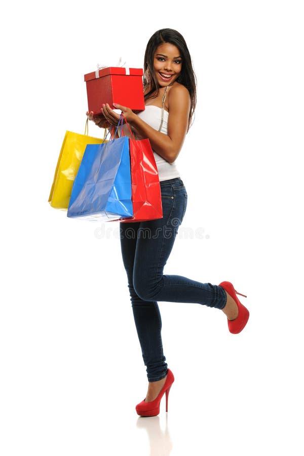 Junge Afroamerikaner-Frau mit Einkaufenbeuteln lizenzfreie stockfotografie