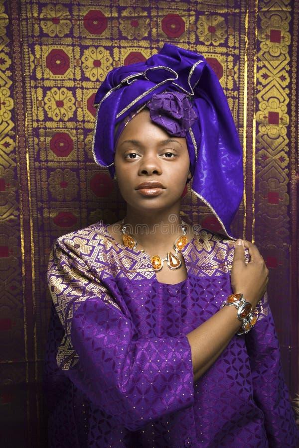 Junge Afroamerikaner-Frau in traditionellem Afrika