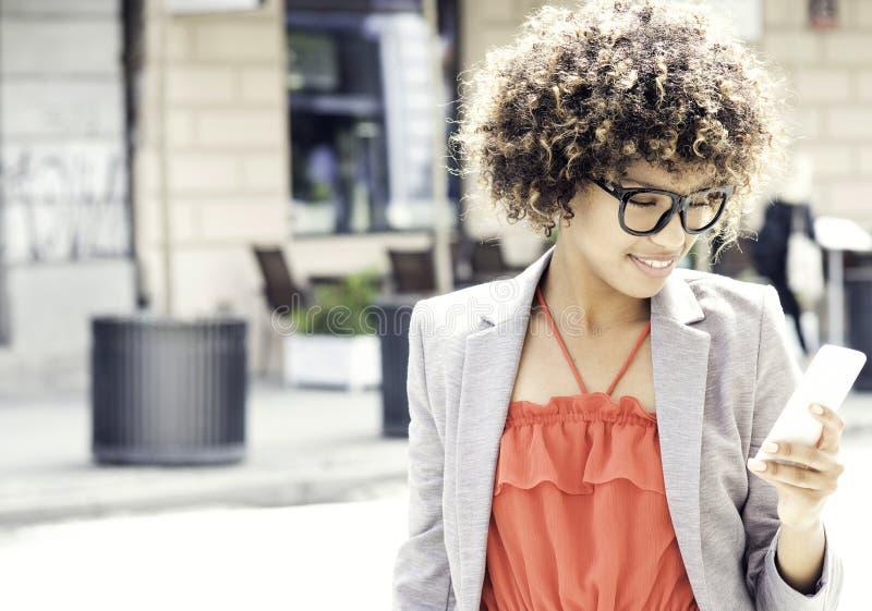 Junge Afroamerikaner-Geschäftsfrau lizenzfreie stockfotografie
