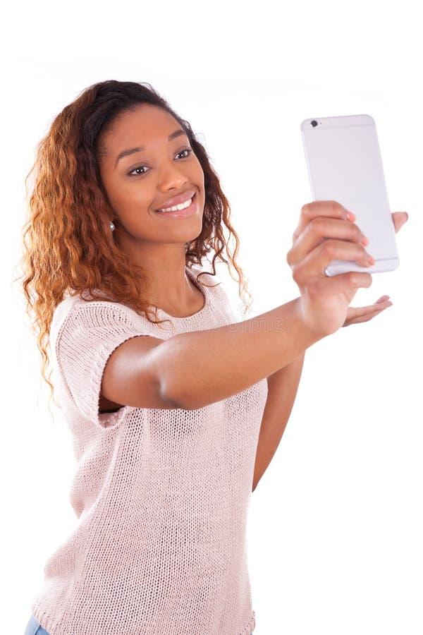 Junge Afroamerikanerfrau, die ein selfie nimmt - Selbstporträt - B lizenzfreies stockbild