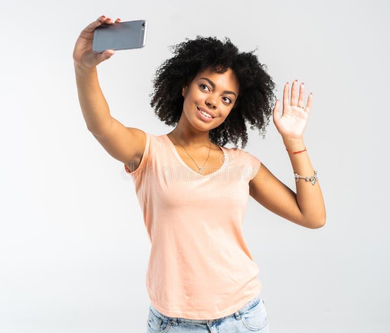 Junge Afroamerikanerfrau, die ein selfie nimmt - Selbstporträt - schwarze Jugendlichleute stockfotografie