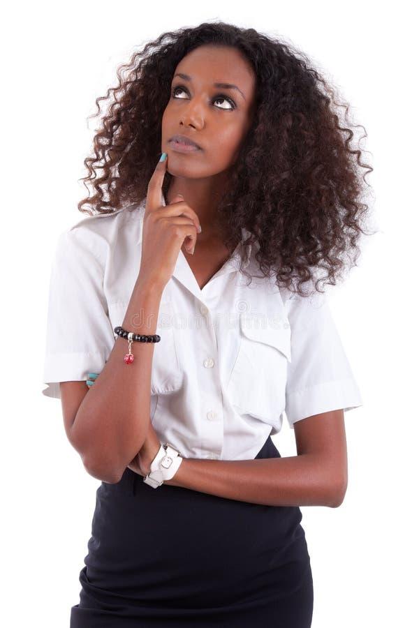 Junge Afroamerikanerfrau, die oben schaut stockfoto