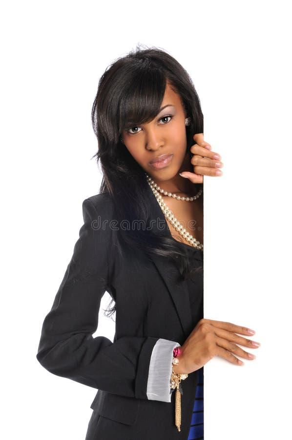 Junge Afroamerikanerfrau, die unbelegtes Zeichen anhält lizenzfreies stockbild