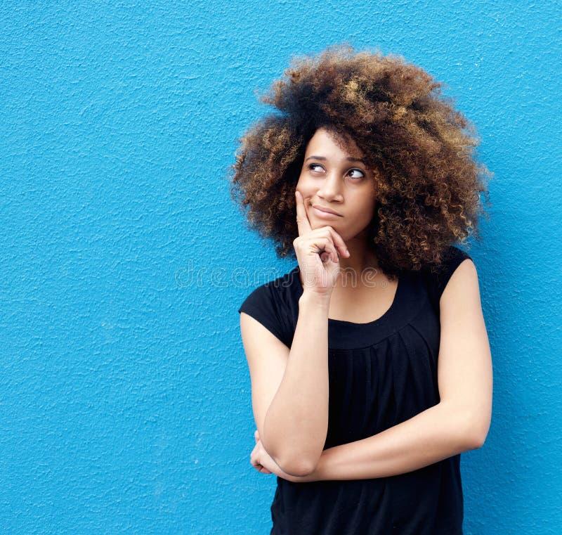 Junge Afroamerikanerfrau mit dem Afrodenken lizenzfreie stockbilder