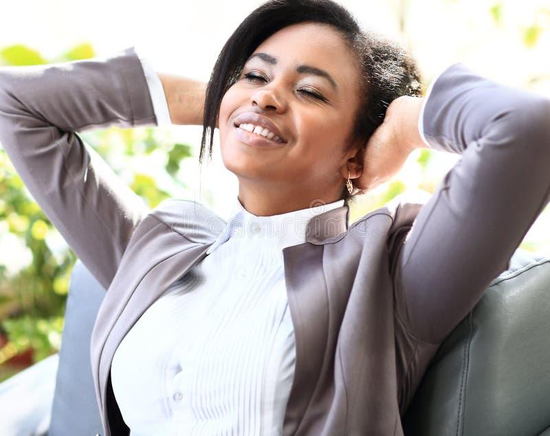 Junge Afroamerikanergeschäftsfrau stockbild