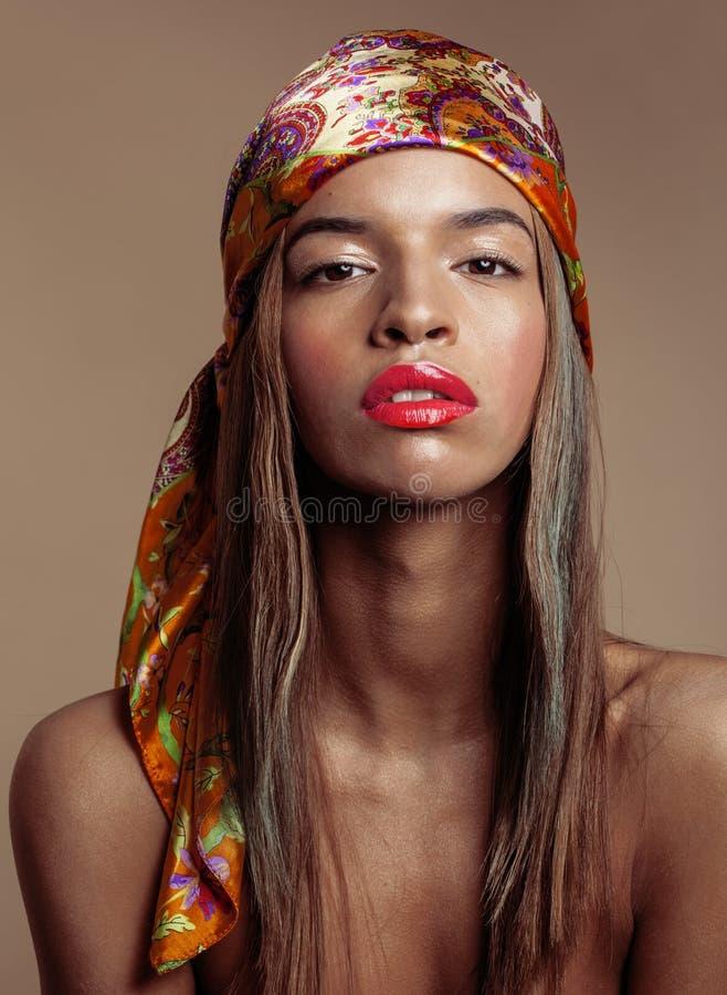 Junge afroe-amerikanisch Frau der Schönheit im Schal auf Kopf lizenzfreies stockfoto