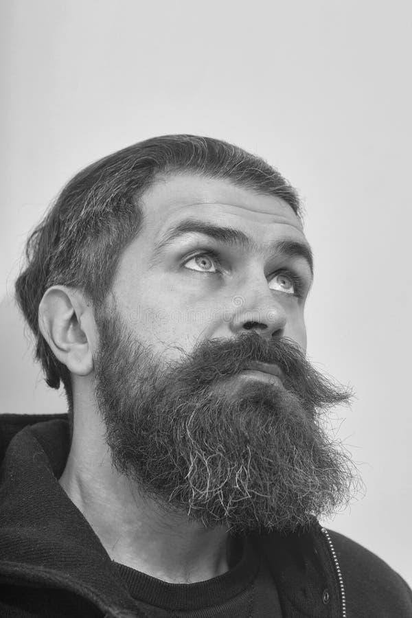 Junge angetrieben Fragegesichtsjungen bärtiger überraschter grober kaukasischer Mann schauen oben stockfoto