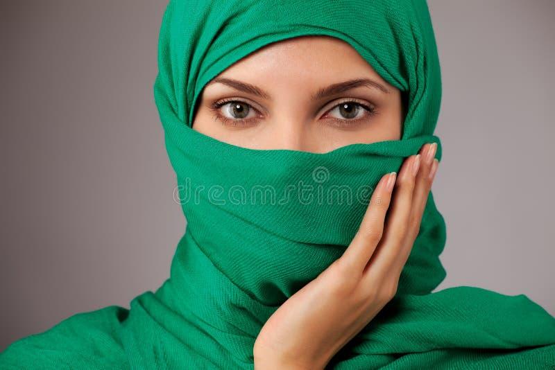 Junge arabische Frau im hijab lizenzfreie stockfotos