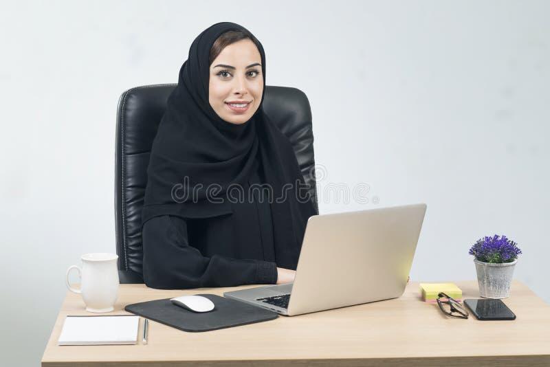 Junge arabische Geschäftsfrau, die im Büro arbeitet stockfoto