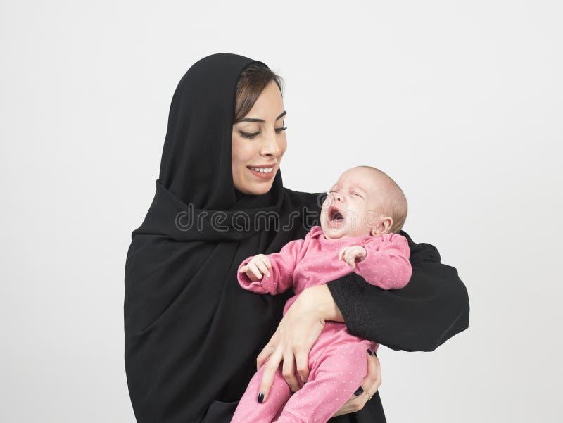 Junge arabische Mutter, die ihr kleines Baby hält lizenzfreies stockfoto
