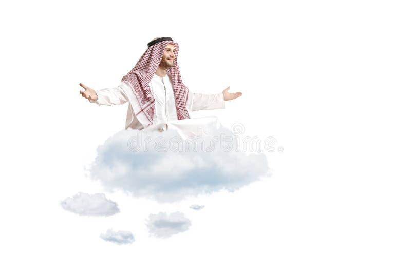 Junge arabische Person, die auf einer Wolke sitzt lizenzfreie stockbilder