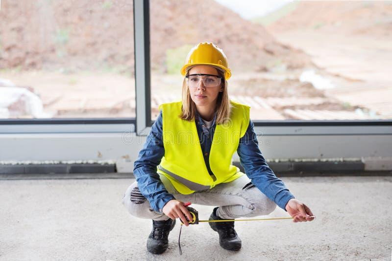 Junge Arbeitnehmerin auf der Baustelle stockfoto