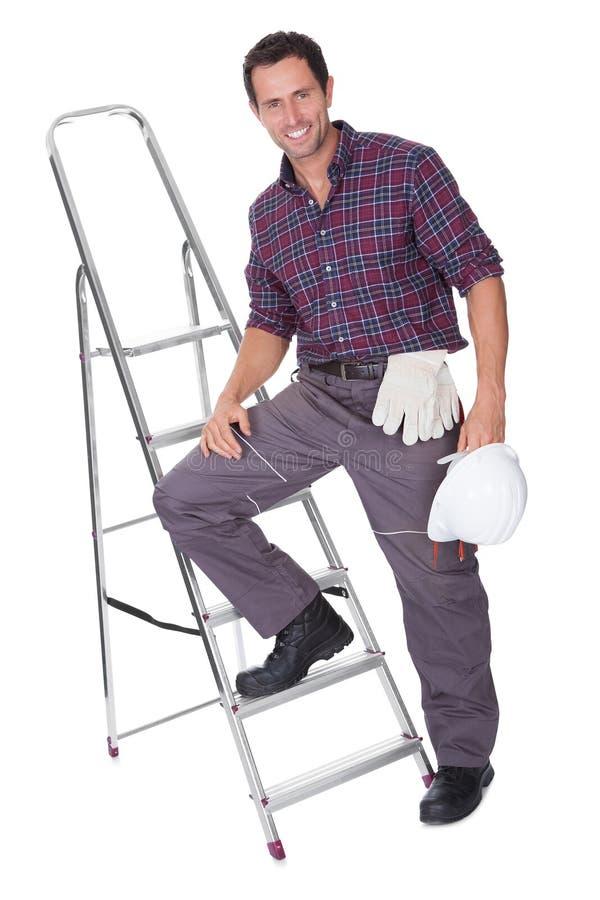 Junge Arbeitskraft-Mann mit hartem Hut stockbild
