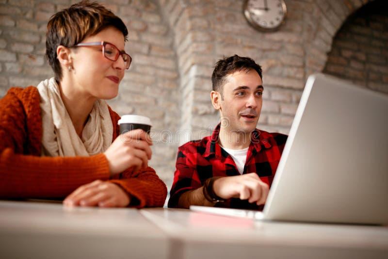 Junge Architektenpaare, die spät am Computer arbeiten lizenzfreies stockfoto