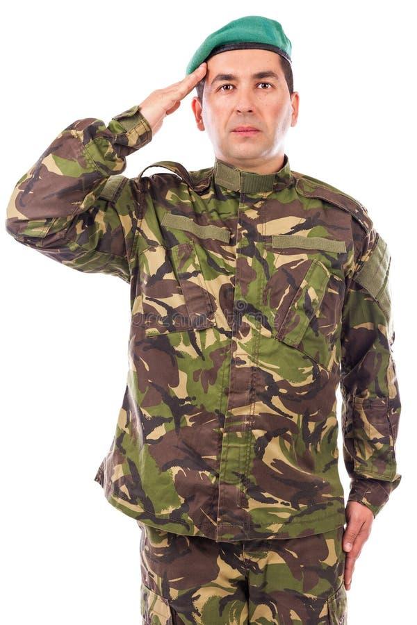 Junge Armeesoldatbegrüßung stockfoto