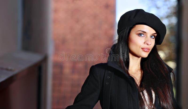 Junge Art und Weisefrau in der Stadtstraße. stockbild