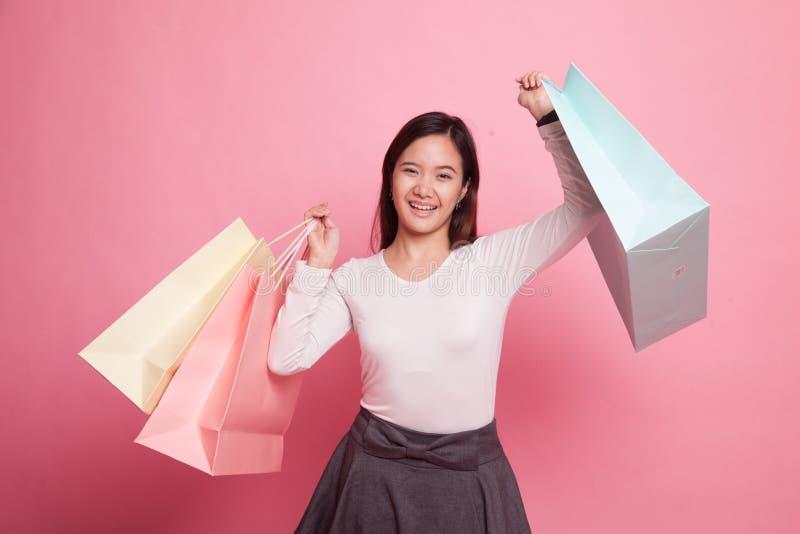 Junge Asiatin glücklich mit Einkaufstasche stockbilder
