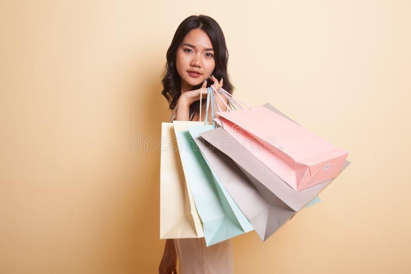 Junge Asiatin glücklich mit Einkaufstasche stockfoto