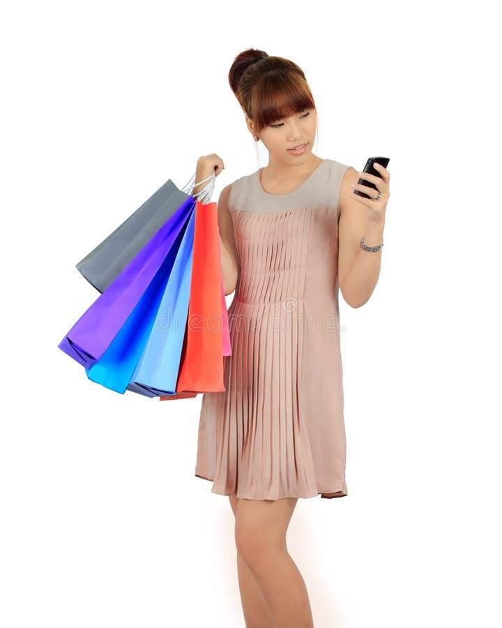 Junge Asiatin mit bunten Einkaufstaschen lizenzfreies stockfoto