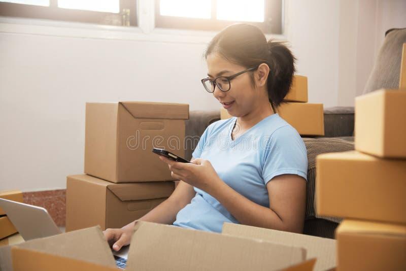 Junge Asiatin mit eigenem Geschäft stockfoto