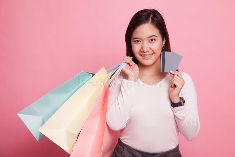 Junge Asiatin mit Einkaufstasche und leerer Karte stockfotos
