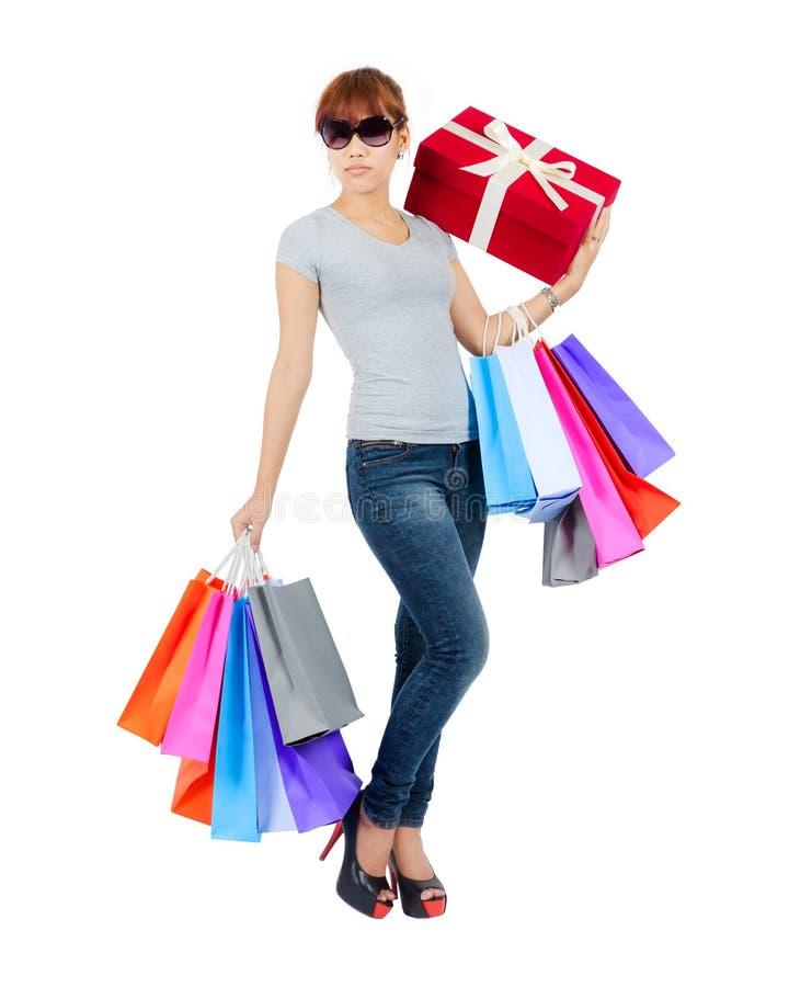 Junge Asiatin mit Einkaufstaschen stockfotografie