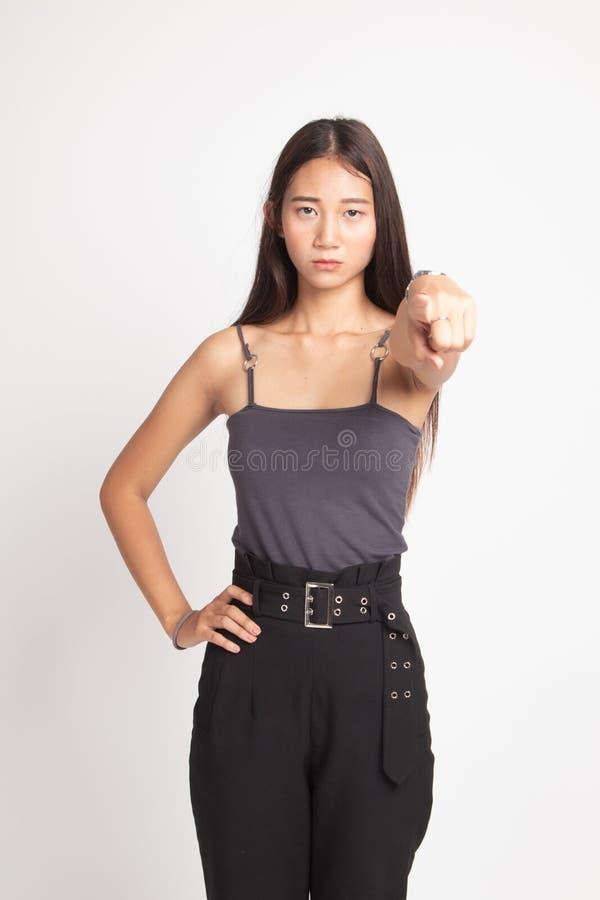 Junge Asiatin ver?rgert und Punkt zur Kamera lizenzfreies stockfoto