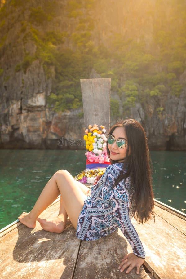 Junge asiatische Frau auf Boot des langen Schwanzes an der Mayabucht sich entspannen stockbilder