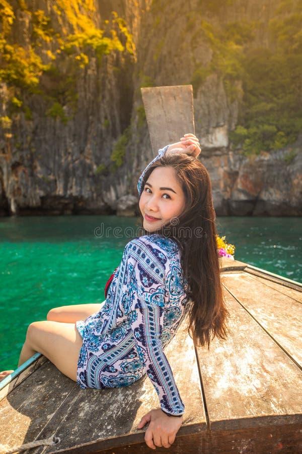 Junge asiatische Frau auf Boot des langen Schwanzes an der Mayabucht sich entspannen stockbild