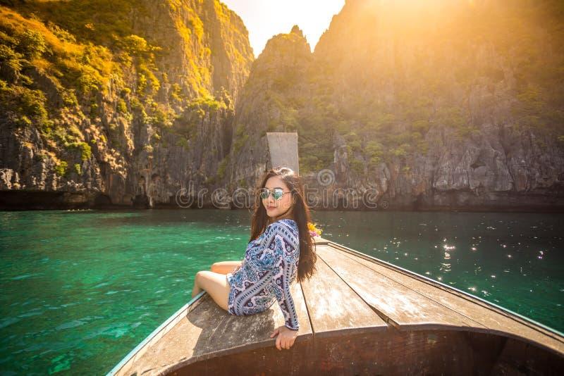Junge asiatische Frau auf Boot des langen Schwanzes an der Mayabucht sich entspannen lizenzfreies stockfoto