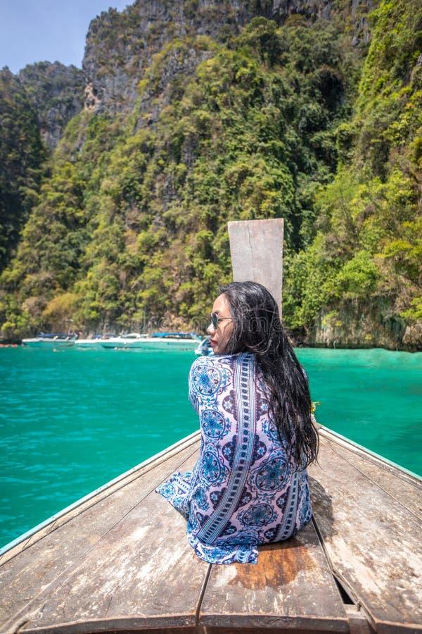 Junge asiatische Frau auf Boot des langen Schwanzes an der Mayabucht sich entspannen lizenzfreie stockbilder