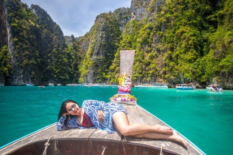 Junge asiatische Frau auf Boot des langen Schwanzes an der Mayabucht sich entspannen stockfotos