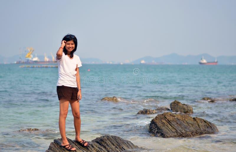 Junge asiatische Frau an den StrandSommerferien stockfotografie