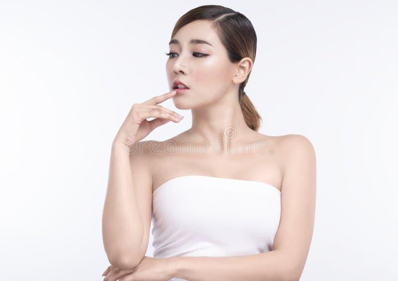 Junge asiatische Frau der Schönheit mit perfekten Gesichtshaut und den Lippen Gesten f?r Anzeigenbehandlung Badekurort und Cosmet lizenzfreie stockfotografie