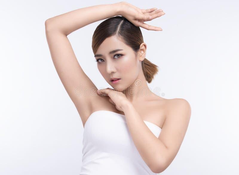 Junge asiatische Frau der Sch?nheit mit perfekter Gesichtshaut Gesten f?r Anzeigenbehandlung Badekurort und Cosmetology stockfotografie