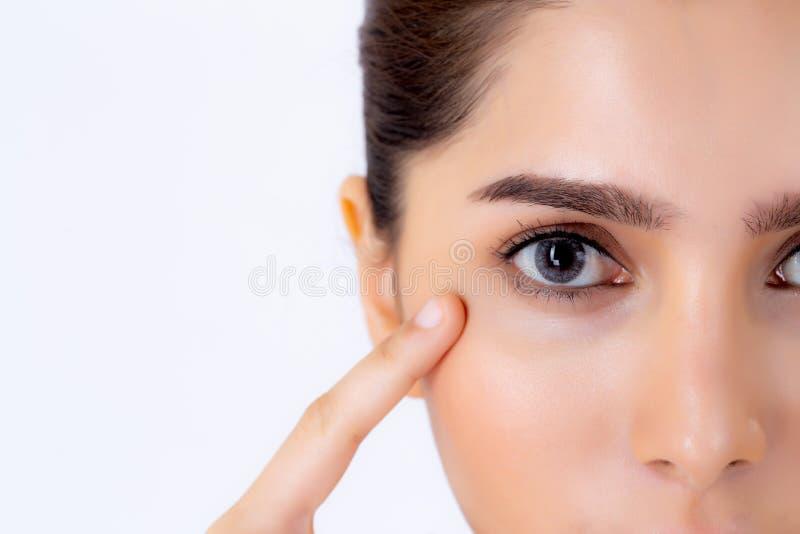 Junge asiatische Frau des schönen Porträts der Nahaufnahme mit Make-up auf weißem Hintergrund stockfoto