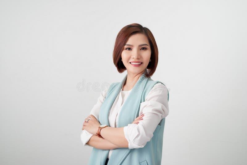 Junge asiatische Frau des Unternehmers, Geschäftsfrauarme gekreuzt auf w lizenzfreies stockfoto