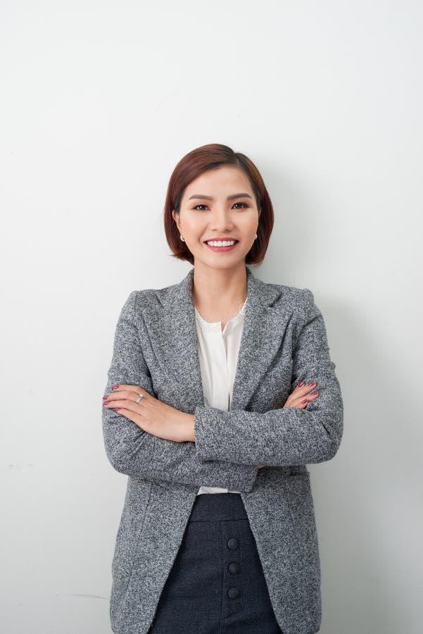 Junge asiatische Frau des Unternehmers, Geschäftsfrauarme gekreuzt auf weißem Hintergrund lizenzfreie stockbilder